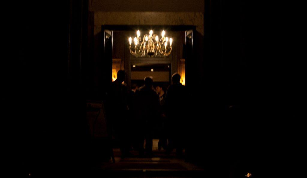 Kuljemme huoneen ohi, jossa on väkeä kokoustamassa ties mistä synkistä suunnitelmista. Temppelirakennus on liian pimeä, monet kuvista menevät pilalle valon puutteessa.