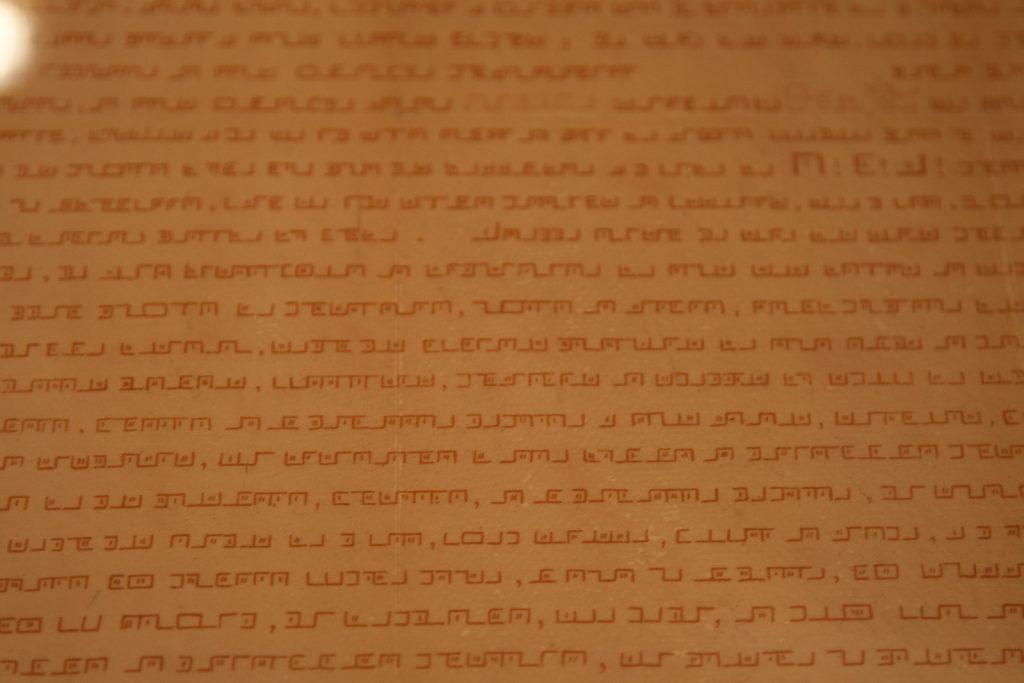 Mutta pirullista, dokumentit on kirjoitettu salakielellä. No, ehkä saamme murrettua koodin myöhemmin Thor-verkossa tapaavan ryhmämme kryptografian asiantuntijoiden avulla.
