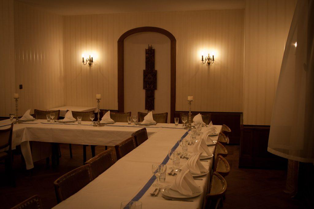 Kuljemme ruokasalin läpi. Tämän pöydän äärellä on päätetty Kohtaloista.